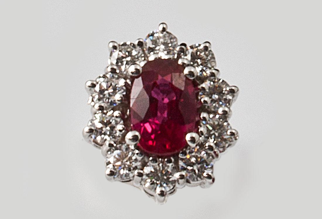 La luce di ogni Rubino è esaltata da 10 luminosi diamanti