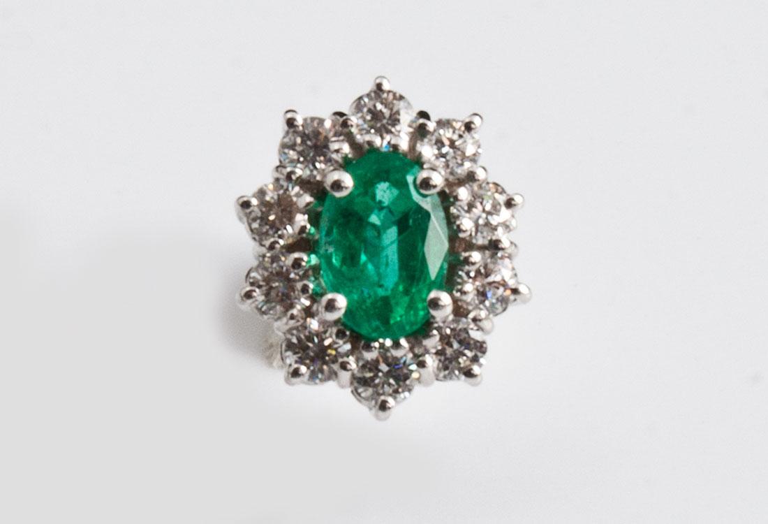 Il colore di ogni Smeraldo è esaltato da 10 splendidi diamanti