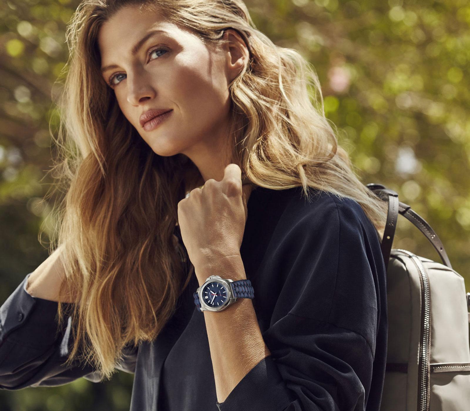 Un orologio moderno, delicato e equilibrato anche su esili polsi