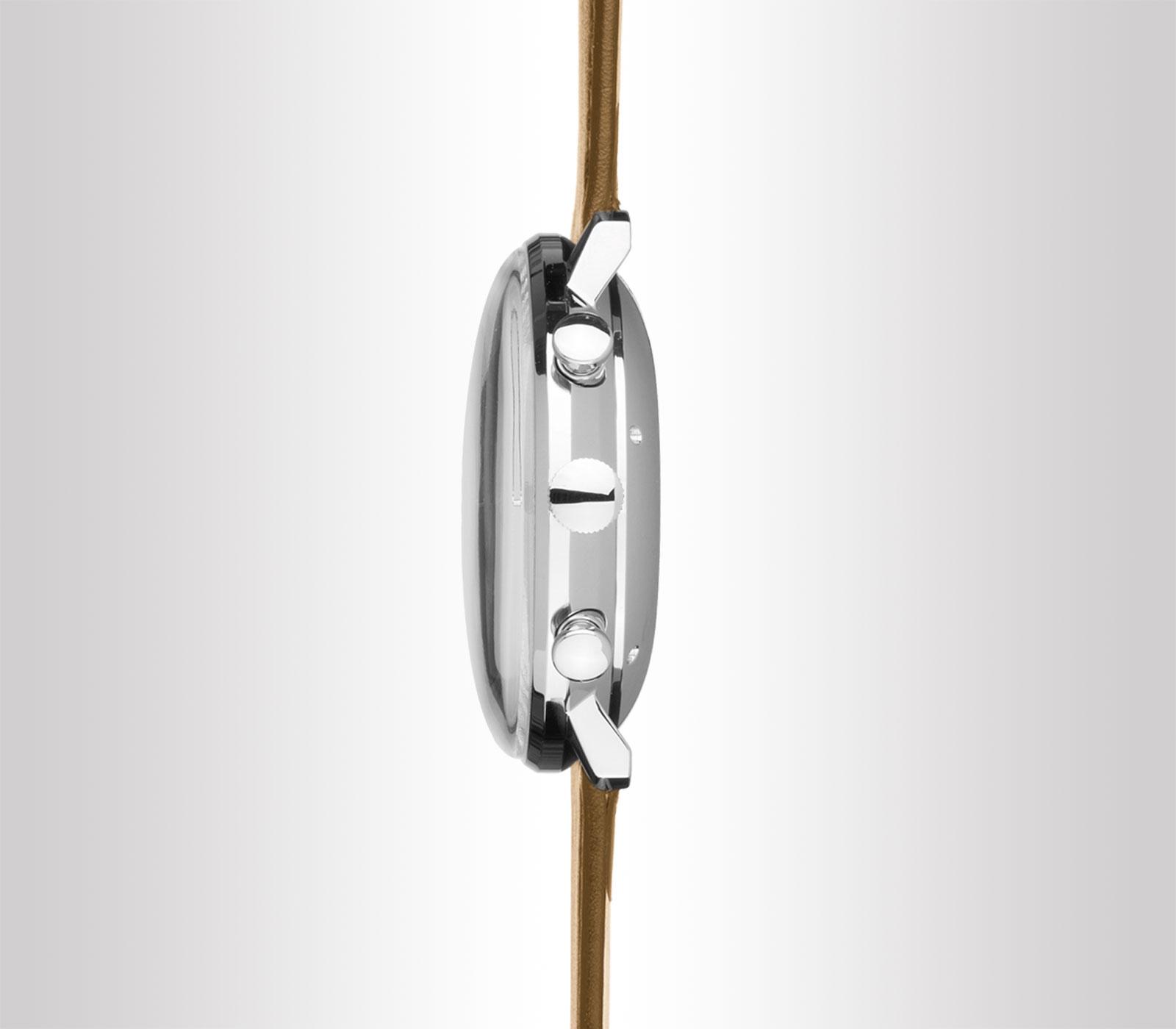 Vetro curvo che enfatizza il fascino storico dell'orologio