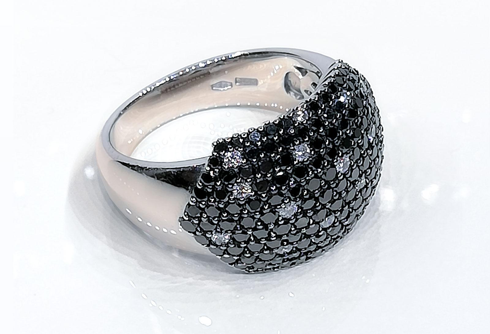 Anello Pavè in oro bianco con pavè di diamanti neri e bianchi