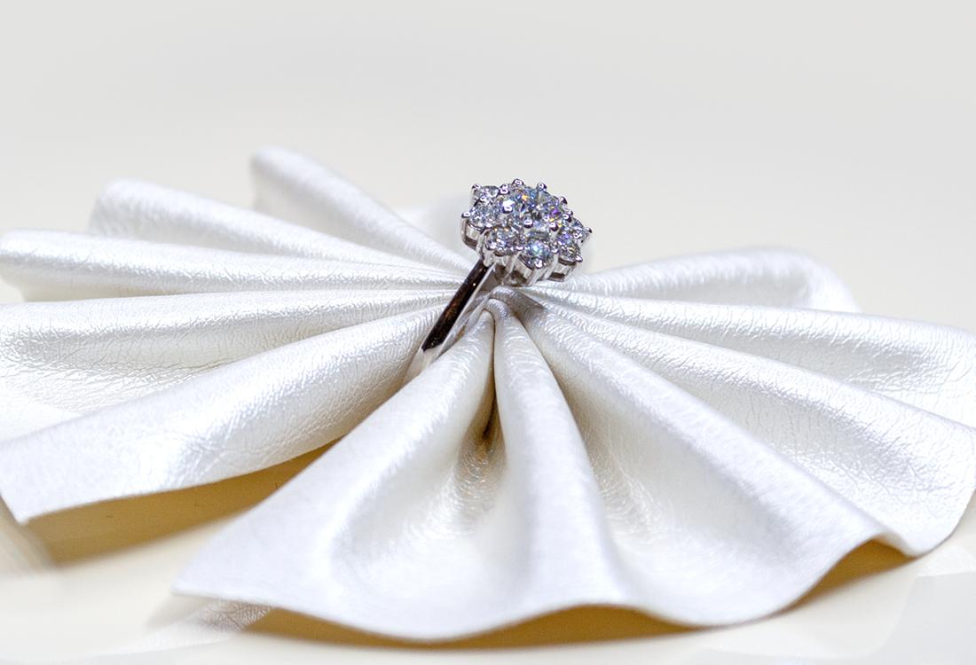 Oro bianco e 1.27 carati di splendidi diamanti