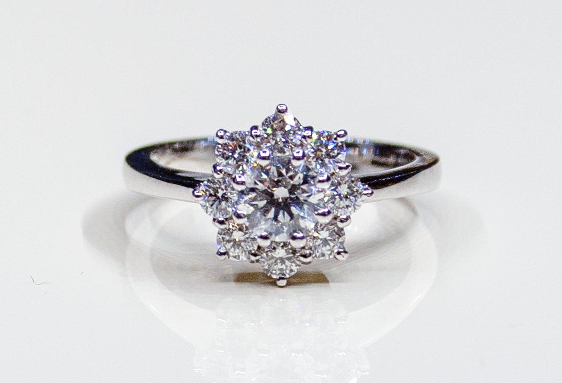 Uno splendido diamante centrale, e 8 petali di pura luce