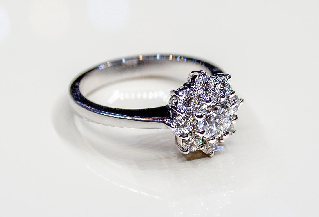 Anello in oro bianco ad esaltare 1.27 carati in diamanti GVS