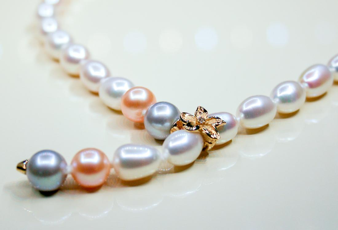 Collana di perle con fermaglio a fiore riccamente lavorato in oro e brillanti