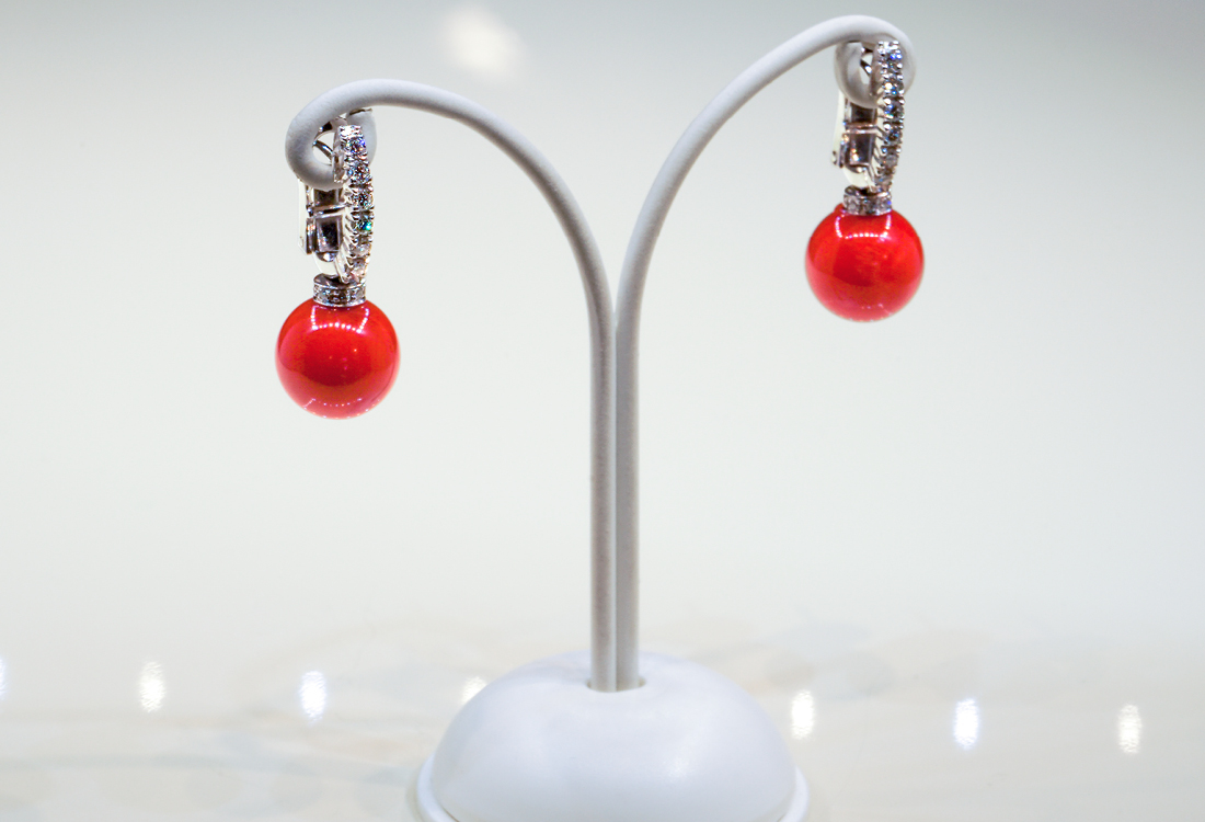Orecchini in corallo naturale rosso Sardo, con clip in oro e diamanti