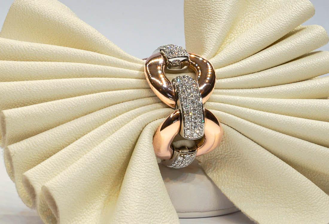 Anello dalla forma di una morbida catena in oro e diamanti