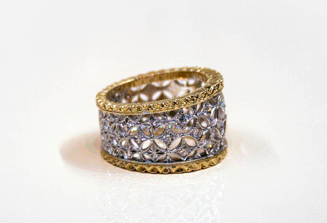 Anello a fascia dal disegno a pizzo, in oro giallo, oro bianco e diamanti
