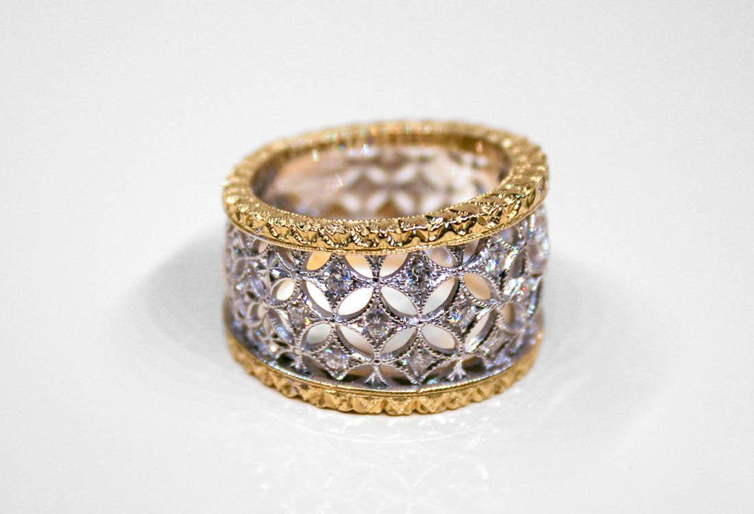 Estremamente raffinato questo anello in oro e diamanti